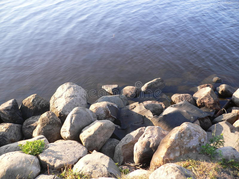 Schönes russisches Flussufer lizenzfreies stockbild
