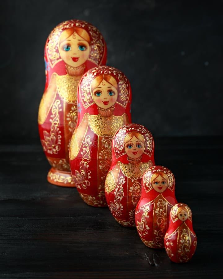 Schönes russisches traditionelles Nistenpuppen matreshka auf rustikalem Hintergrund stockfotos