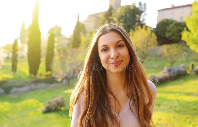 Schönes süßes Frauenlächeln Glückliche junge Schönheit, die Frühlingszeit im Park genießt stockbild