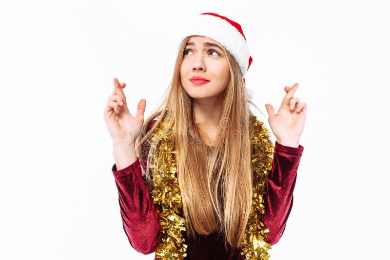 Schönes süßes Mädchen im Hut von Santa Claus und in einem Kleid, p lizenzfreie stockfotografie