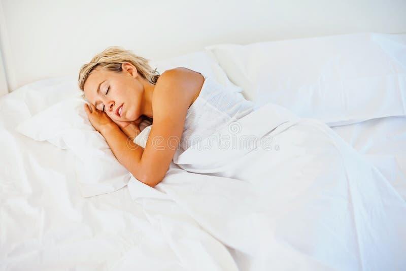 Schönes Schlafen der jungen Frau stockbilder