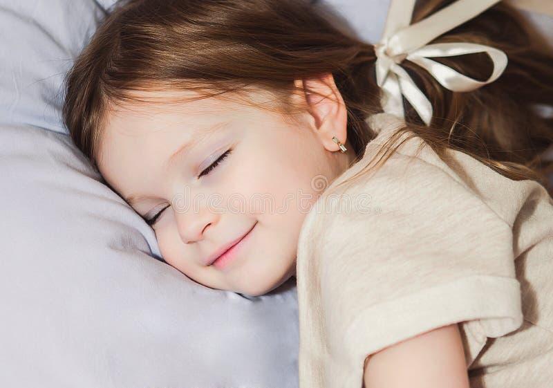 Schönes Schlafen des kleinen Mädchens stockfotos