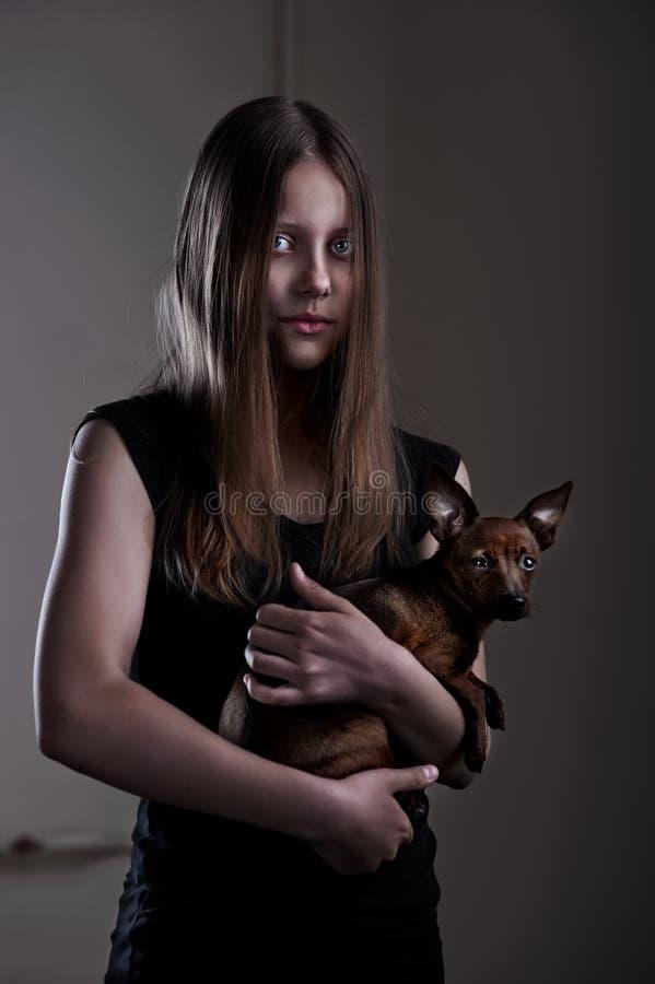Schönes schlechtes jugendlich Mädchen mit kleinem Hündchen lizenzfreies stockbild