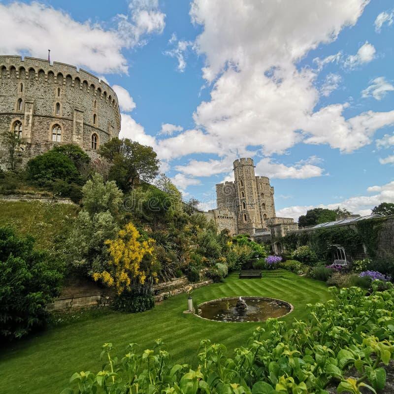 Schönes Schloss mit dem Grün lizenzfreie stockbilder