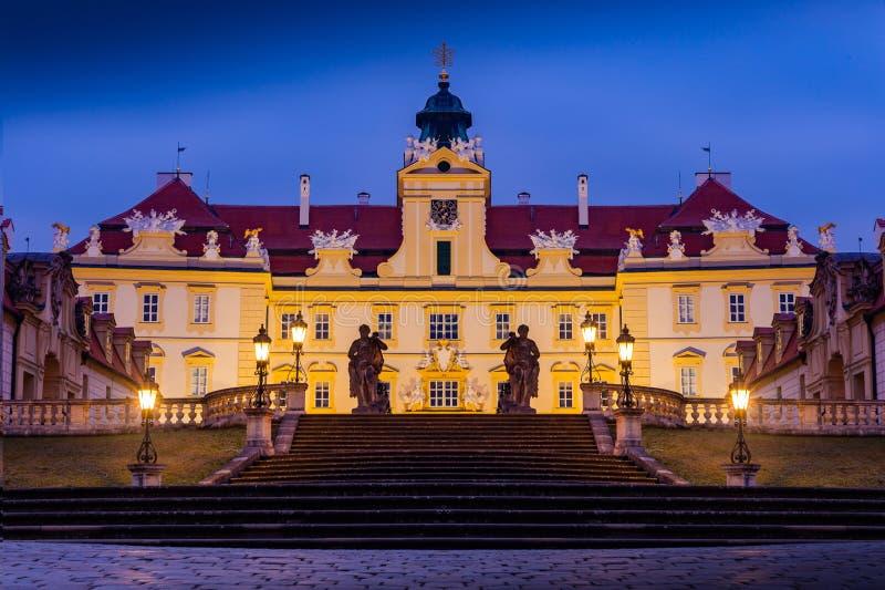 Schönes Schloss in Valtice in der Nacht, Südmähren, beliebtes Reiseziel in der Tschechischen Republik lizenzfreie stockfotos