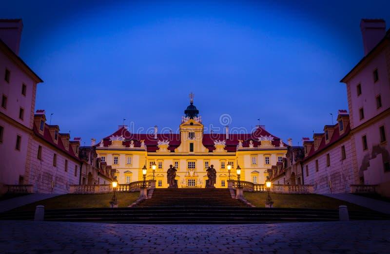 Schönes Schloss in Valtice in der Nacht, Südmähren, beliebtes Reiseziel in der Tschechischen Republik stockfotografie
