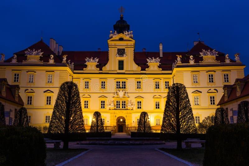 Schönes Schloss in Valtice in der Nacht, Südmähren, beliebtes Reiseziel in der Tschechischen Republik stockfotos