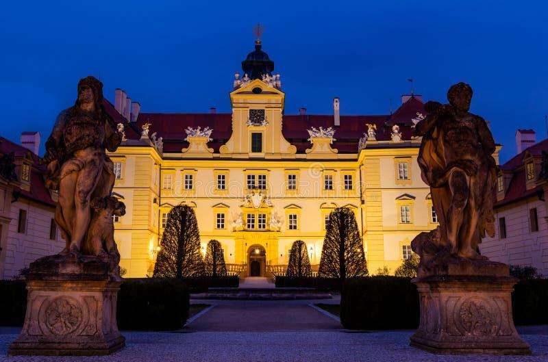 Schönes Schloss in Valtice in der Nacht, Südmähren, beliebtes Reiseziel in der Tschechischen Republik lizenzfreies stockbild