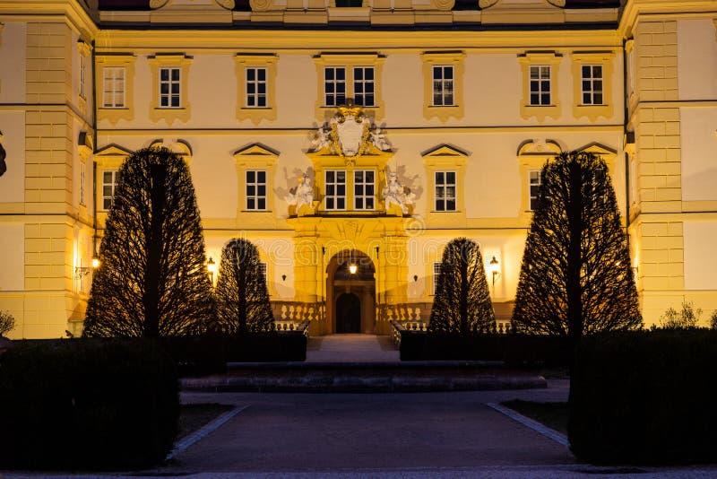 Schönes Schloss in Valtice in der Nacht, Südmähren, beliebtes Reiseziel in der Tschechischen Republik lizenzfreie stockfotografie