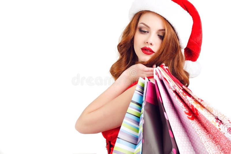 Schönes Schnee-Mädchen mit farbigen Taschen stockbilder