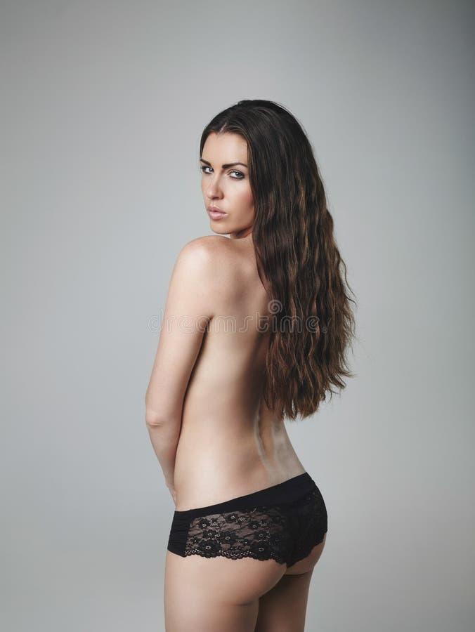 Schönes schulterfreies weibliches Modell stockbilder