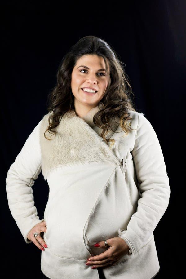 Schönes schwangeres träumendes Frauenporträt stockfoto