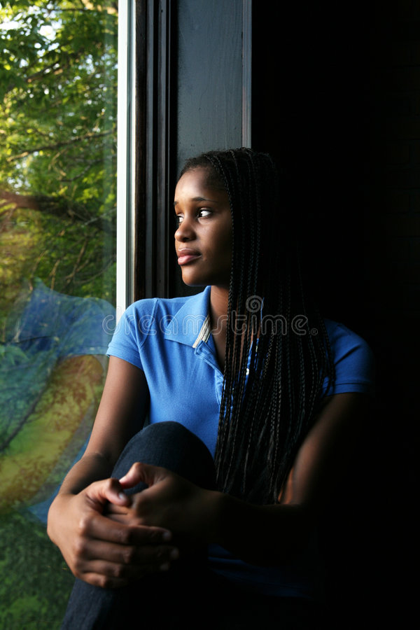 Schönes schwarzes Mädchen reflektierte sich im Fenster stockfotos