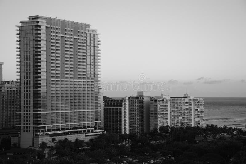 Schönes Schwarzweiss-Bild der Gebäude neben dem Ozean lizenzfreies stockbild
