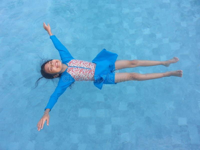 Schönes Schwimmen des jungen Mädchens lizenzfreie stockfotos