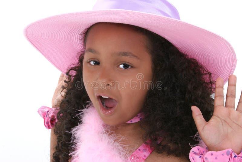 Schönes sechs Einjahresmädchen im rosafarbenen Hut stockfotos