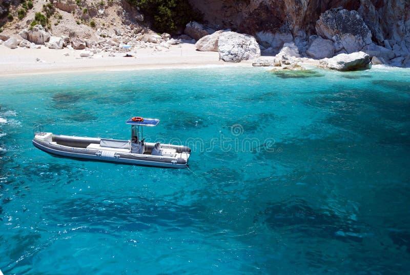 Schönes See- und Bewegungsschlauchboot lizenzfreies stockfoto
