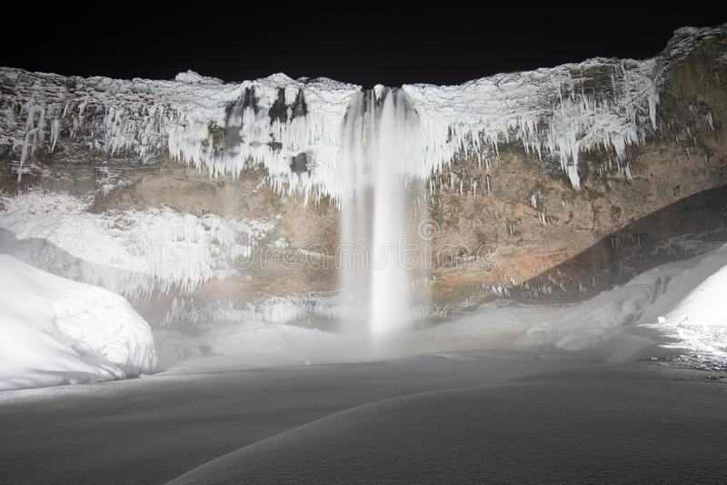 Schönes Seljalandsfoss auf einer kalten Winternacht, Wasserfall Islands, Europa unter den Sternen lizenzfreies stockbild