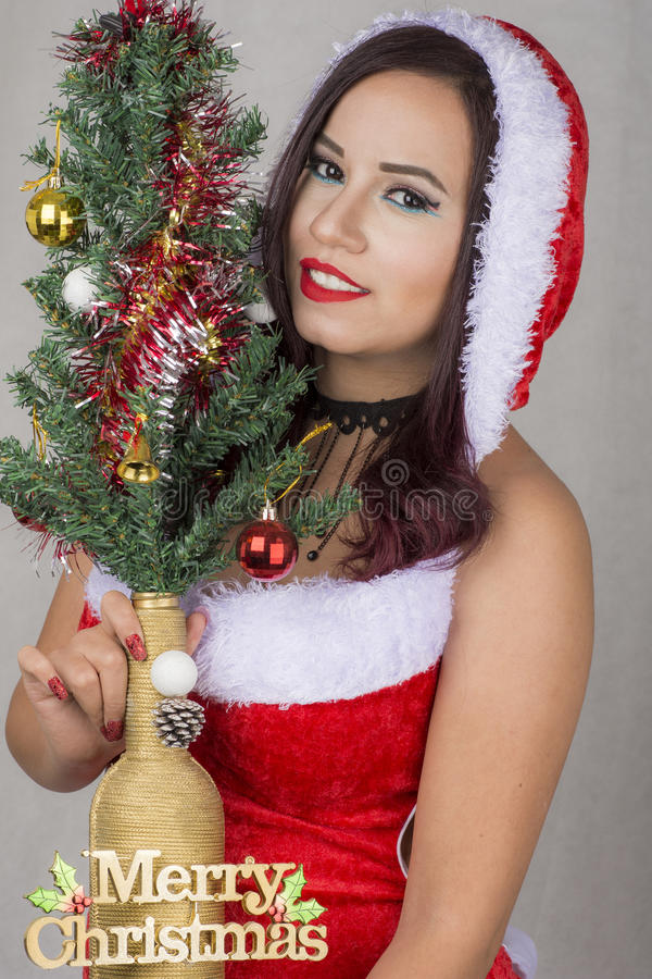Schönes sexy ägyptisches Mädchen, das Weihnachtsbaum hält stockfotografie