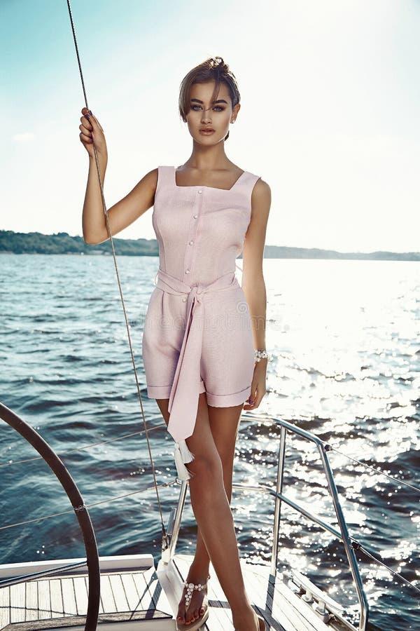 Schönes sexy Brunettemädchen in der Kleidermake-upsommer-Reiseyacht stockfoto