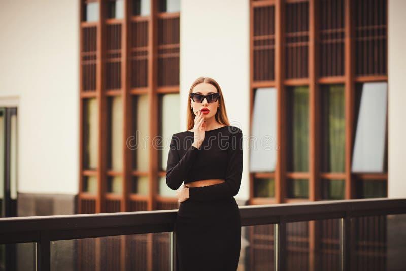 Schönes sexy junges langes Haar der Geschäftsfrau lizenzfreie stockfotografie