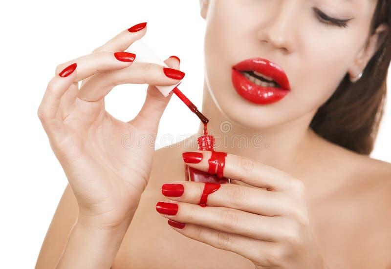 Schönes sexy kaukasisches junges Mädchen mit dem roten Lippenstift, der Mann macht stockfotografie