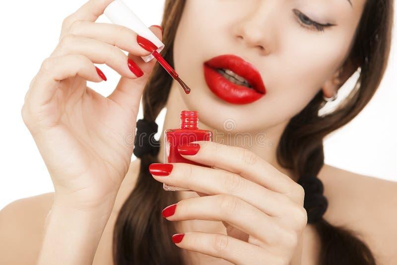 Schönes sexy kaukasisches junges Mädchen mit dem roten Lippenstift, der Mann macht lizenzfreies stockfoto