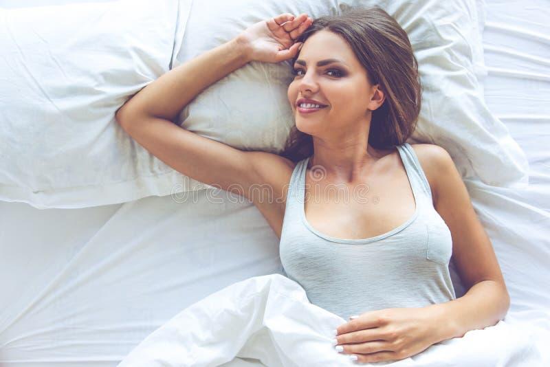 Schönes sexy Mädchen im Bett lizenzfreies stockfoto
