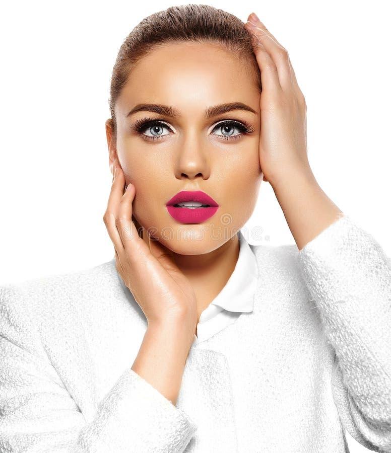 Schönes sexy stilvolles Modell mit hellem Make-up lizenzfreie stockfotografie