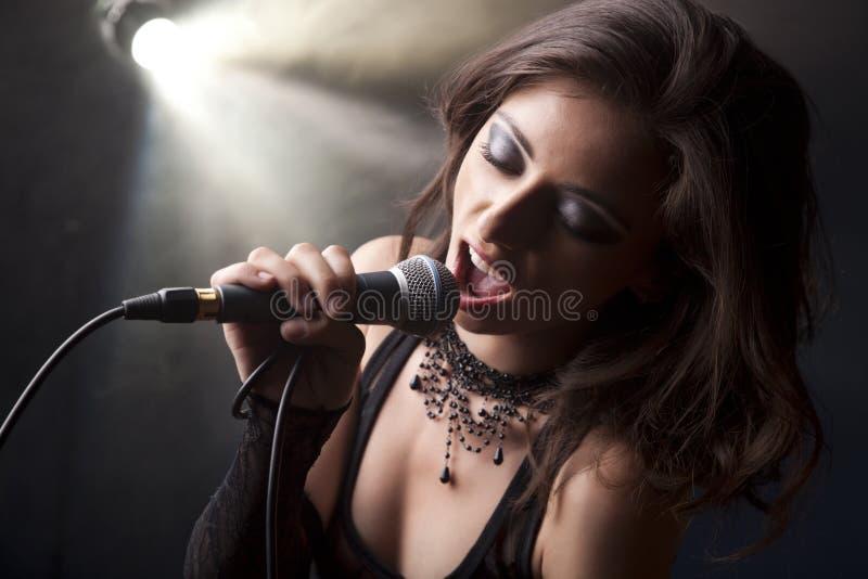 Schönes singendes Mädchen lizenzfreies stockbild