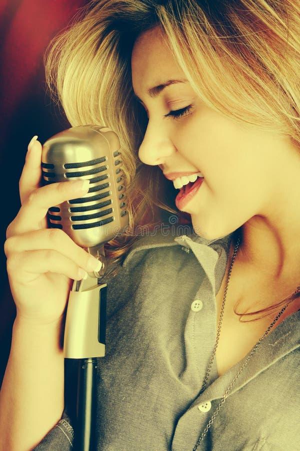 Schönes singendes Womaning lizenzfreies stockfoto