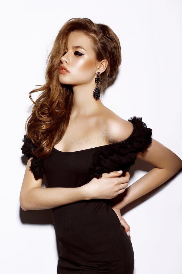 Schönes sinnliches Frauen-Mode-Modell im schwarzen Kleid stockbilder
