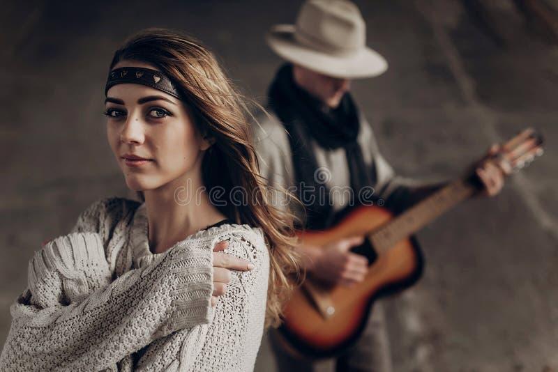 Schönes sinnliches indie Mädchen in Hippie boho kleidet die Aufstellung in f stockfotografie