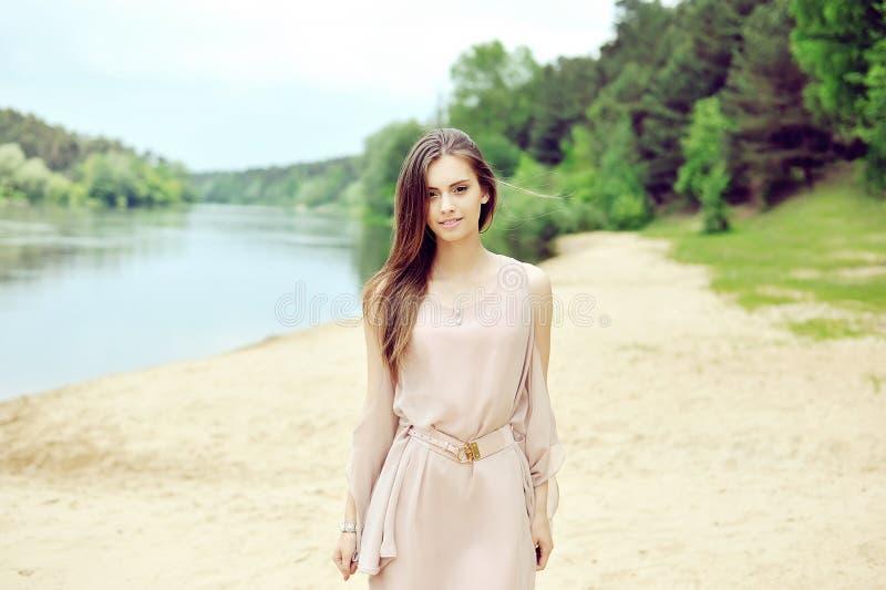 Schönes sinnliches junges Mädchen, das auf den Strand geht lizenzfreie stockfotografie