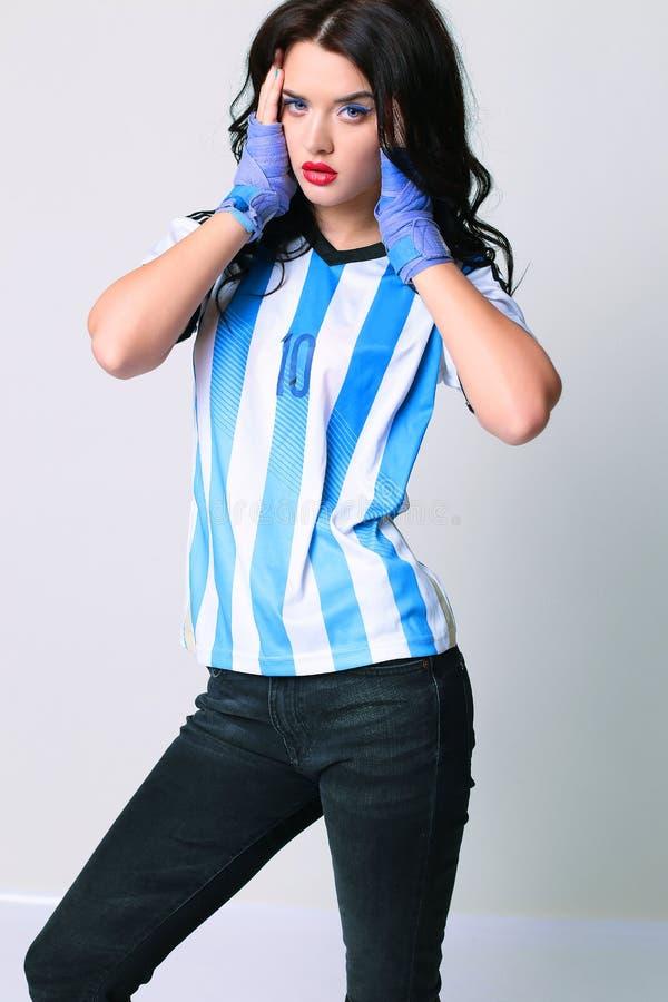 Schönes sinnliches Mädchen mit dem dunklen Haar in der sportiven Kleidung stockfotografie