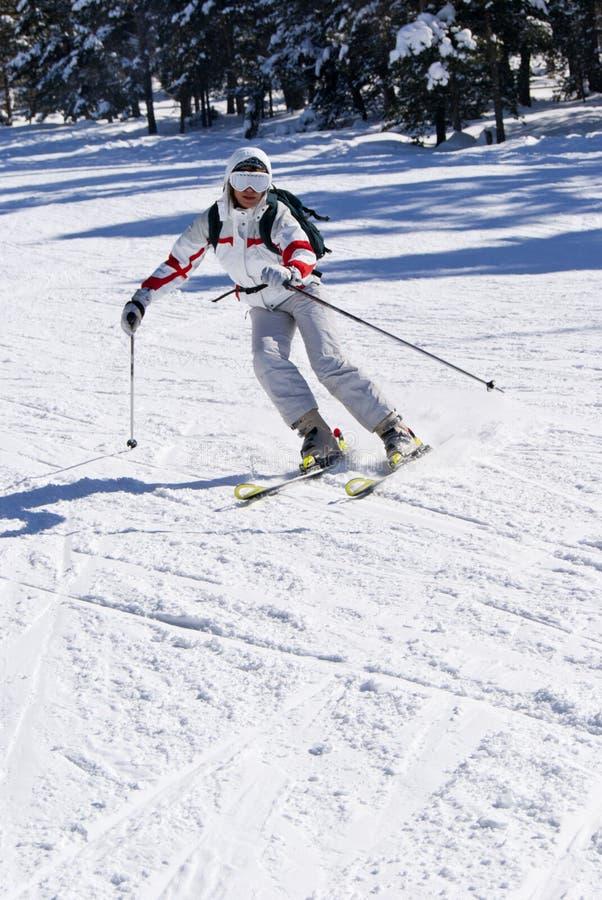 Schönes Skifahrerskifahren auf der Steigung stockbilder