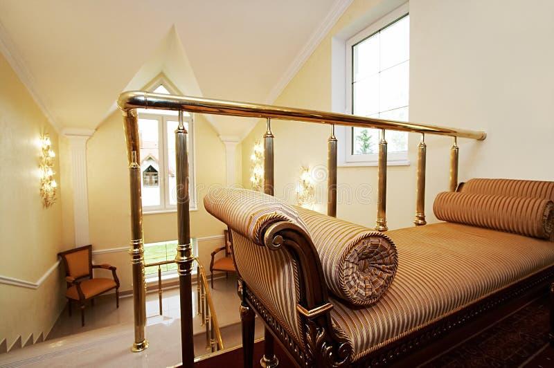 Schönes Sofa und Treppenhaus lizenzfreies stockfoto