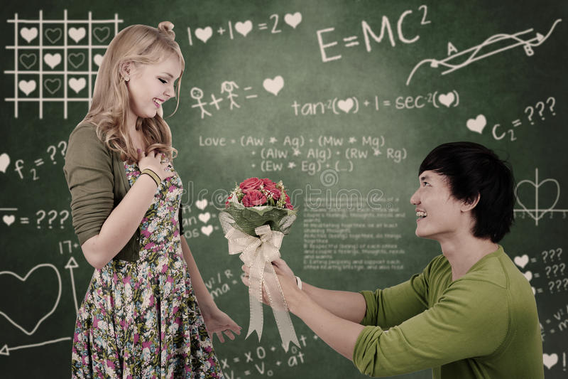 Schönes Sonderlingsmädchen erhalten Blumen in der Klasse lizenzfreies stockfoto