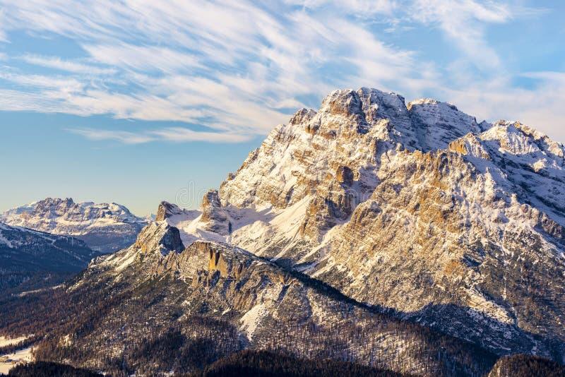 Schönes Sonnenlicht auf einer Berglandschaft, Dolomit, Italien stockfotografie