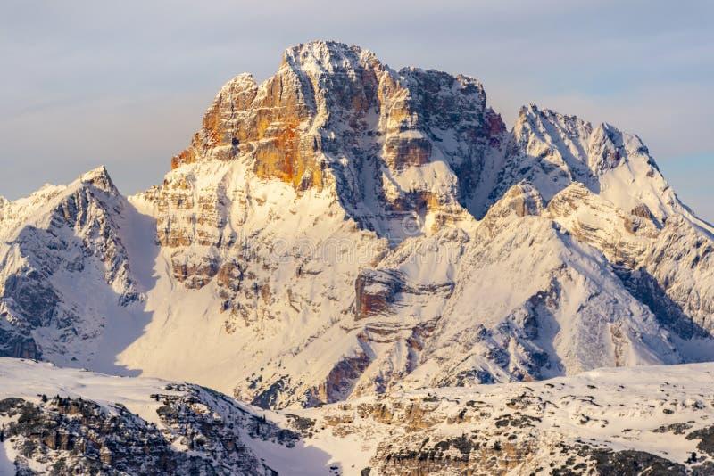 Schönes Sonnenlicht auf einer Berglandschaft, Dolomit, Italien lizenzfreie stockfotos