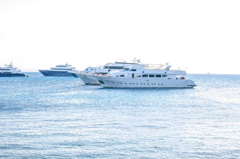 Schönes Sonnenlicht seaview Safari-Tauchenboot im tropischen Meer mit dem tiefen Blau darunterliegend splitted durch Wasserlinie  stockbild