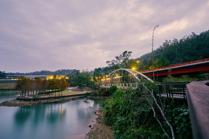 Schönes Sonnenuntergang scenics der konzentrischen Brücke mit Plumeriakiefernparks in Sonne-Mond-See lizenzfreie stockfotografie