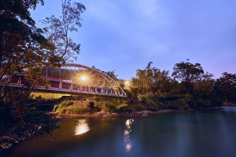 Schönes Sonnenuntergang scenics der konzentrischen Brücke mit Plumeriakiefernparks in Sonne-Mond-See stockfoto
