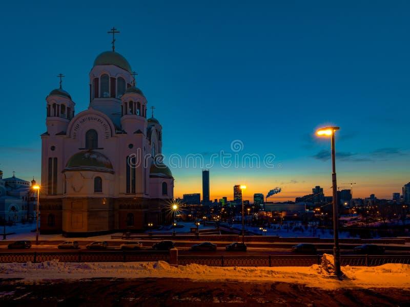 Schönes Sonnenuntergangstadtbild von Jekaterinburg Russland mit Kirche aller Heiligen lizenzfreie stockbilder