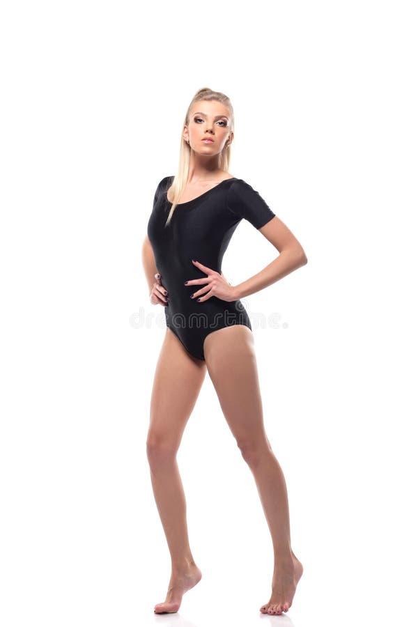 Schönes sportliches Mädchen im schwarzen Trikotanzug stockfotos