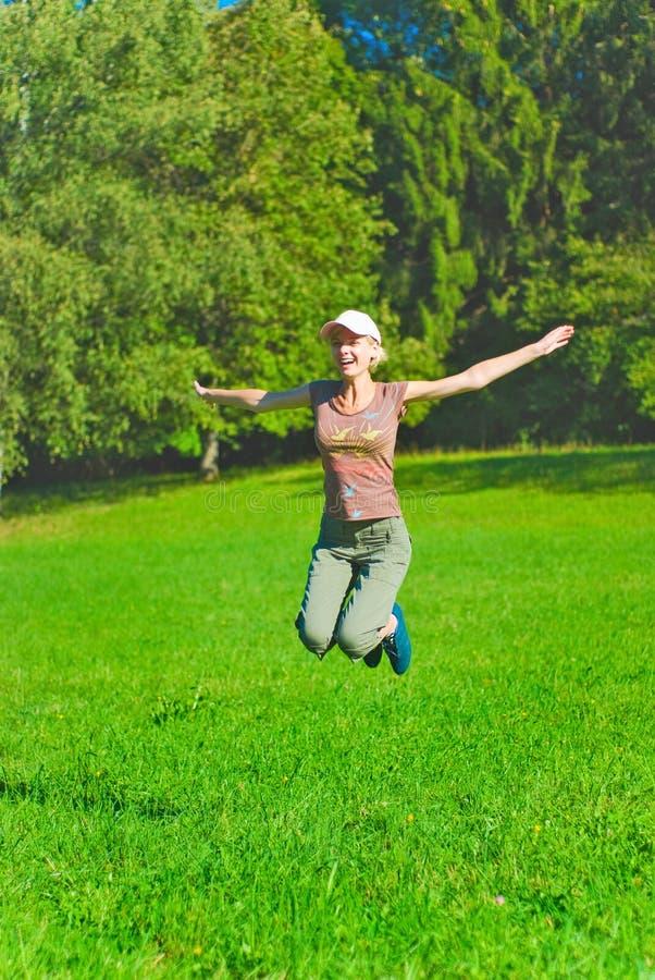 Schönes Springen der jungen Frau lizenzfreie stockfotos