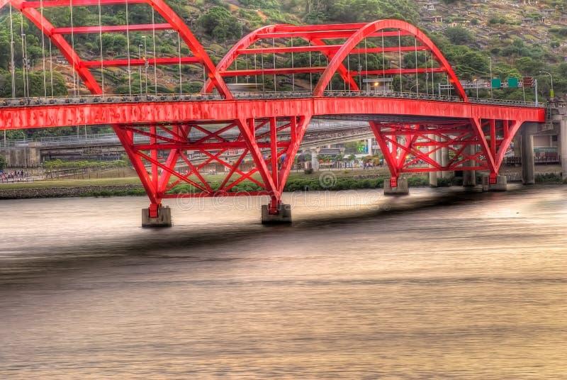 Schönes Stadtbild der Brücke über dem Fluss lizenzfreies stockfoto