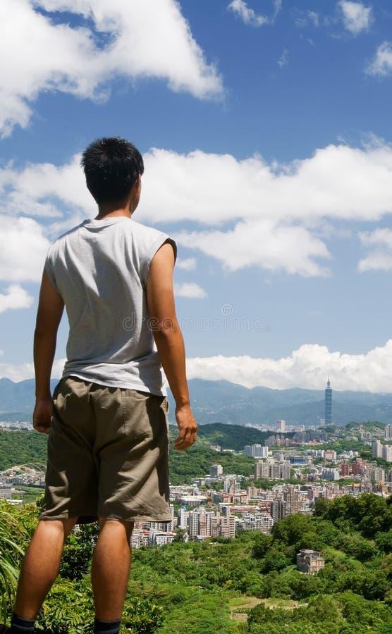 Schönes Stadtbild mit einem Manstandplatz stockbilder