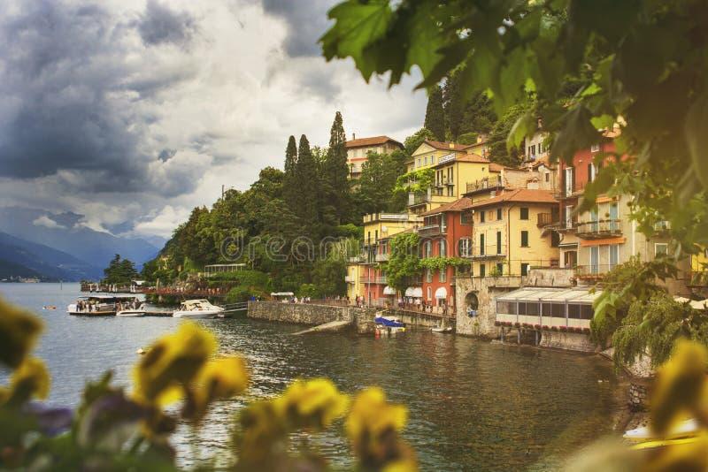 Schönes Stadtbild mit einer Como Seeküstenlinie des Italieners Varenn stockfotografie