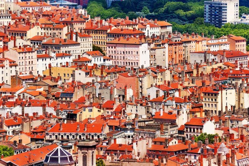 Schönes Stadtbild von Lyon mit roten Dachhäusern lizenzfreie stockfotografie